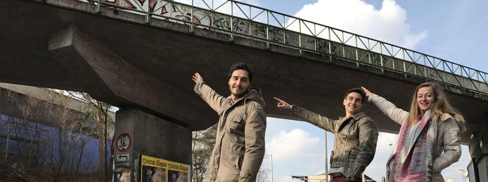 Die Betreiber von Wannda e.V. unter der Eisenbahnbrücke auf der die MS Utting anlegen soll