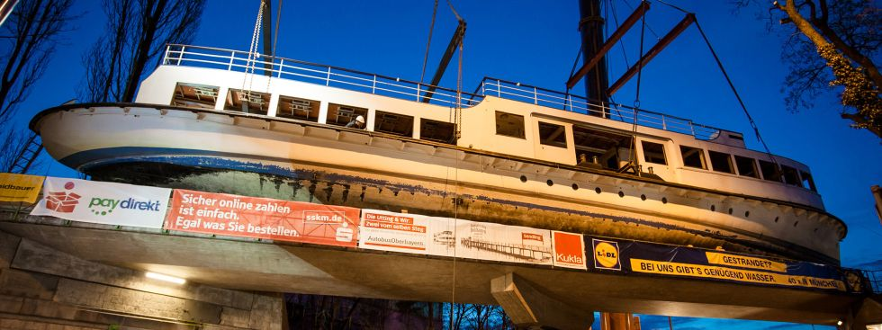 Am Ziel: Die MS Utting auf der Eisenbahnbrücke.