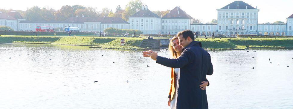 Junges Paar macht Selfie vor Schloss Nymphenburg