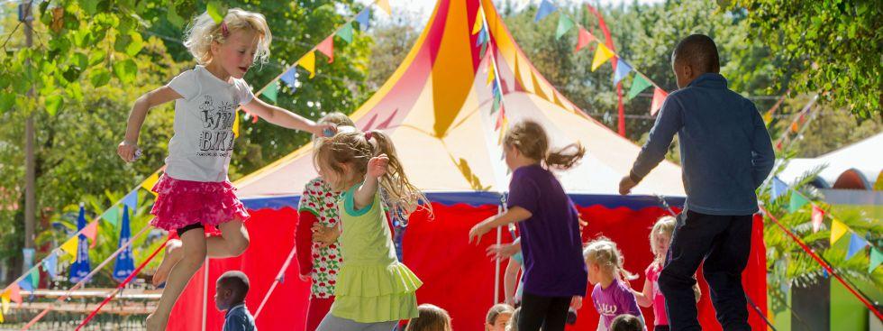 Kinder springen auf Trampolin beim Umsonst & Draußen