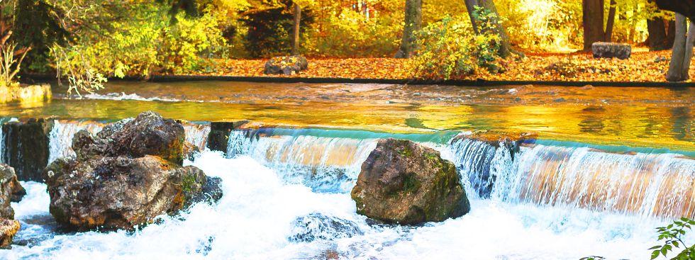 Wasserfall im Englischen Garten im Herbst