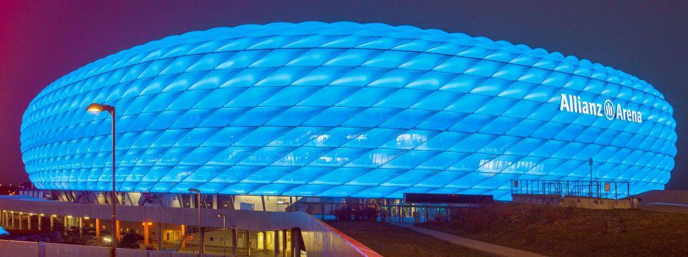 Die blau leuchtende Allianz Arena