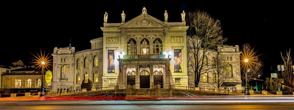 Beleuchtetes Prinzregententheater am Abend