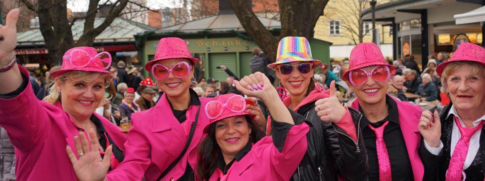 Frauen in aufwändiger Verkleidung beim Unsinnigen Donnerstag