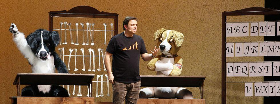 Martin Rütter auf der Bühne zum Programm NachSITZen