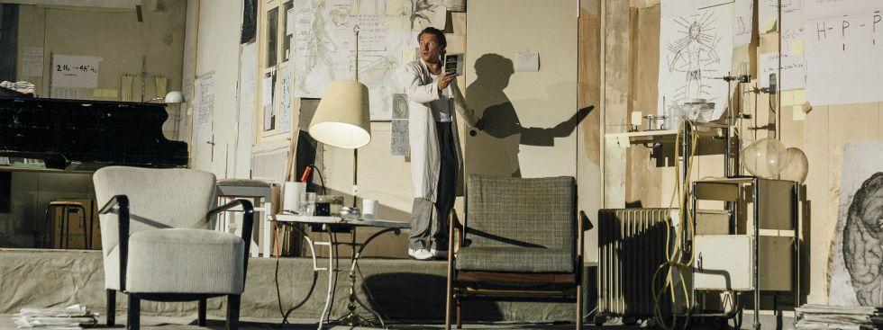 """Szene aus dem Stück """"Kinder der Sonne"""" am Residenztheater mit Norman Hacker"""
