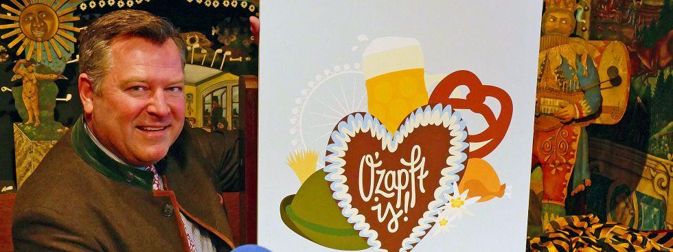 Bürgermeister Schmid mit Siegerentwurf des Oktoberfest-Plakatwettbewerbs 2017.