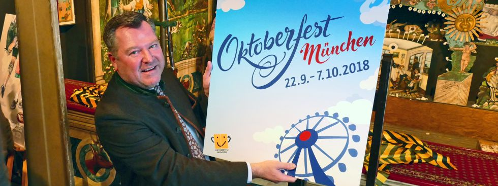 Bürgermeister Josef Schmid präsentiert den Gewinner beim Oktoberfest-Plakatwettbewerb