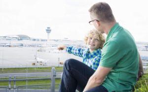 Vater und Sohn deuten auf Flughafen München