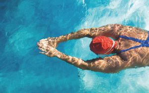 Schwimmer mit Badehaube und Armen voraus, Foto: iStock, Lammeyer