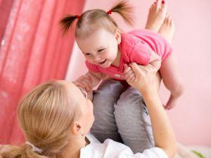 Frau macht Sport mit Baby