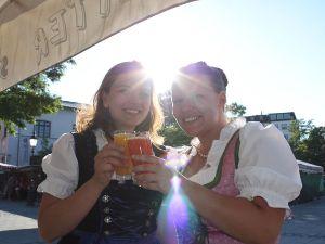 Zwei Frauen auf der Viktualienmarkt Probiertour