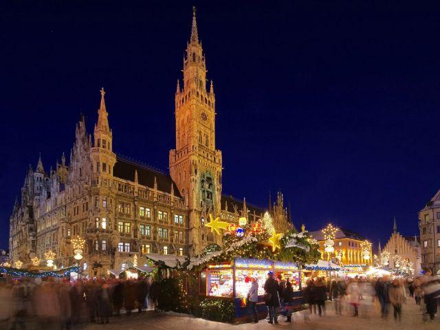 Der Christkindlmarkt auf dem Marienplatz vor erleuchtetem Rathaus, Foto: LianeM / Shutterstock.com