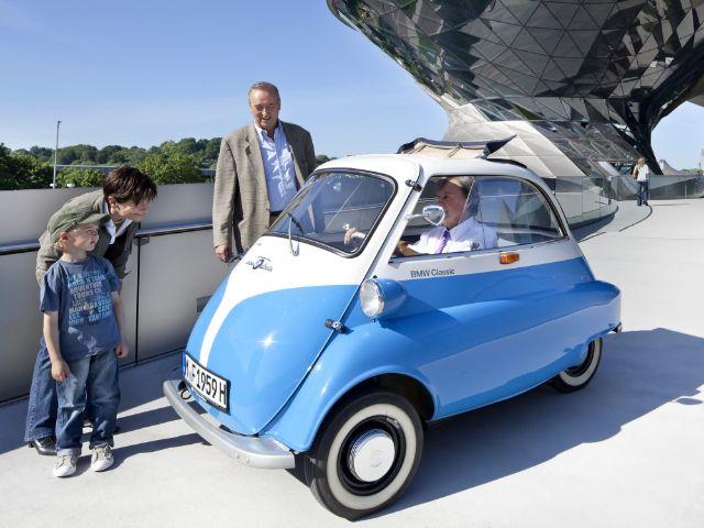 Kinder bewundern BMW Isetta in der BMW Welt, Foto: BMW Group