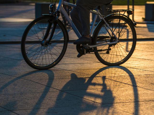 Radfahrer bei Nacht., Foto: Axel Lauer / Shutterstock