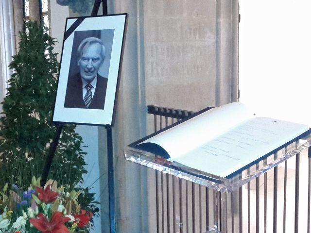 Kondolenzbuch für Georg Kronawitter im Rathaus
