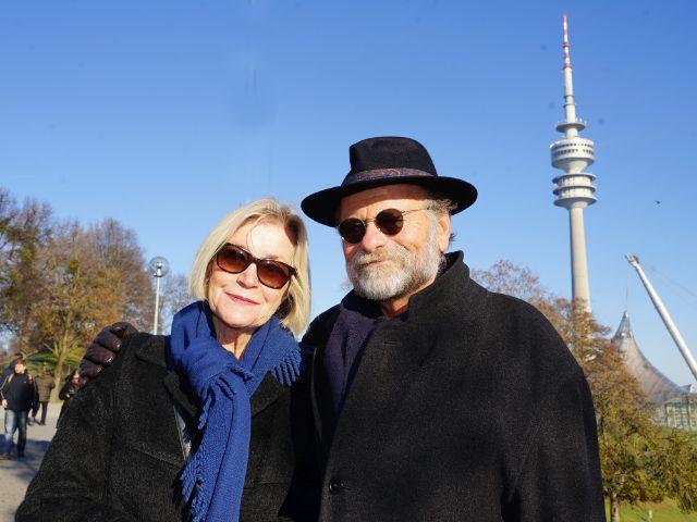Älteres Paar beim Olympiaturm, Foto: muenchen.de/ Dan Vauelle
