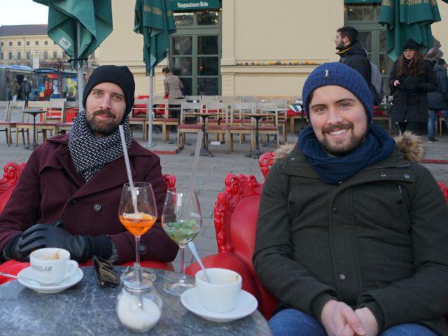 Martin und Robert mit Cappuchino, Foto: muenchen.de/ Dan Vauelle