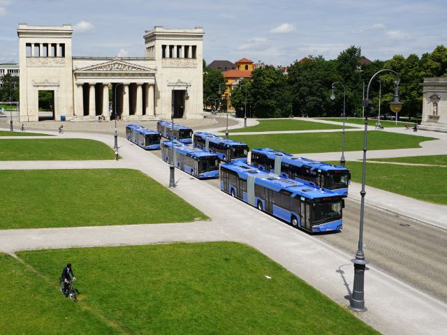 Die MVG präsentiert sechs neue Gelenkbusse am Münchner Königsplatz, Foto: muenchen.de/Vauelle
