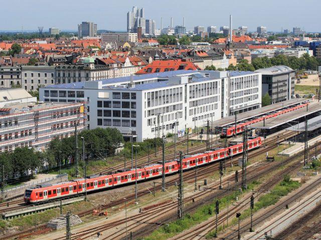 Einfahrt einer Doppeleinheit Triebwagen der Baureihe ET 423 der S-Bahn München in den Bahnhof München Ostbahnhof, Foto: Uwe Miethe