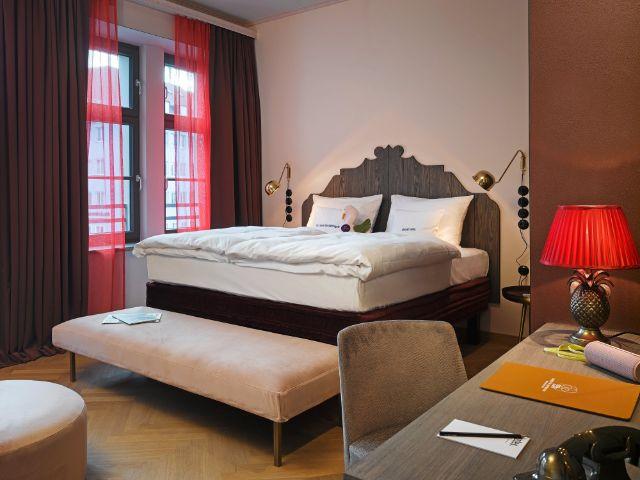 "Blick in ein ""Adelsgemach"" im 25hours Hotel The Royal Bavarian, Foto: Stephan Lemke"