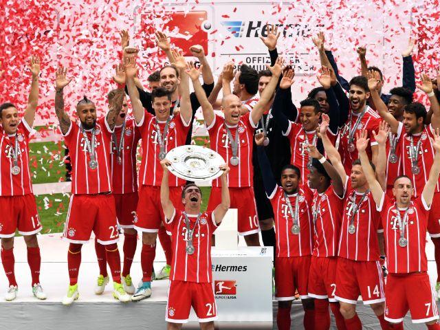 Bayern-Kapitän nimmt zum letzten Mal die Meisterschale in Empfang , Foto: dpa