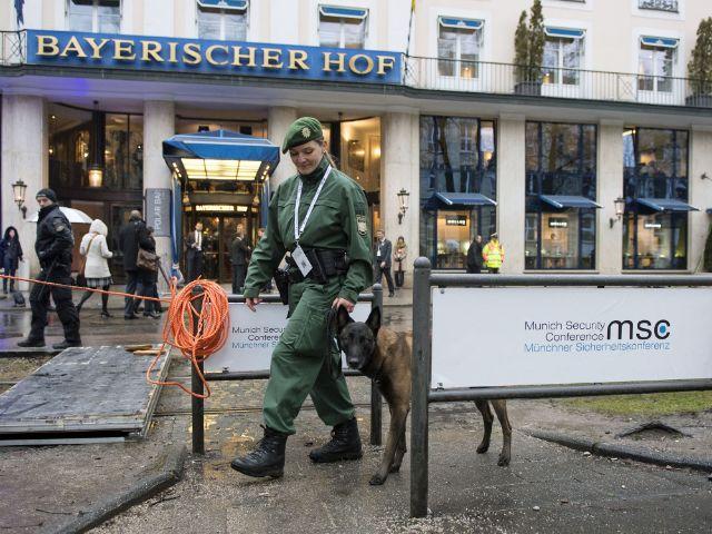 Absperrungen vor dem Hotel Bayerischer Hof zur Sicherheitskonferenz 2017, Foto: MSC / Barth