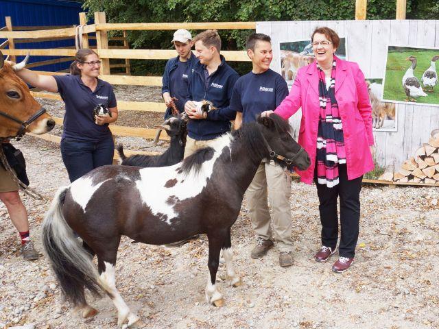 Bürgermeisterin Christine Strobl beim Spatenstich für das Mühlendorf im Tierpark Hellabrunn, Foto: Tierpark Hellabrunn / Carl Baumgartner