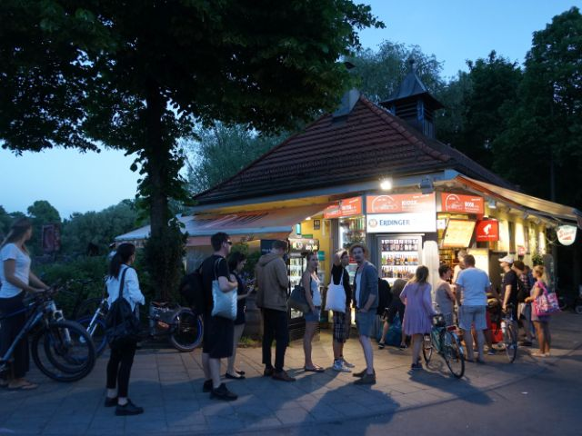 Menschenschlange beim Kiosk an der Reichenbachbrücke, Foto: muenchen.de / Dan Vauelle