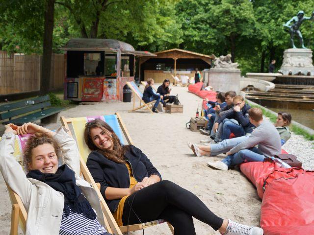 Zwei Besucherinnen entspannen beim Kulturstrand, Foto: muenchen.de / Dan Vauelle