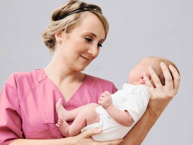 Münchner Geburtsstatistik 2016: Krankenschwester mit Baby, Foto: Klaus Krischock/Städtisches Klinikum München