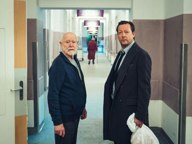 """Szene mit Ernst Jacobi und Matthias Brandt (r.) aus """"Nachtdienst"""", Foto: BR/diefilmgmbh /Hendrik Heiden"""