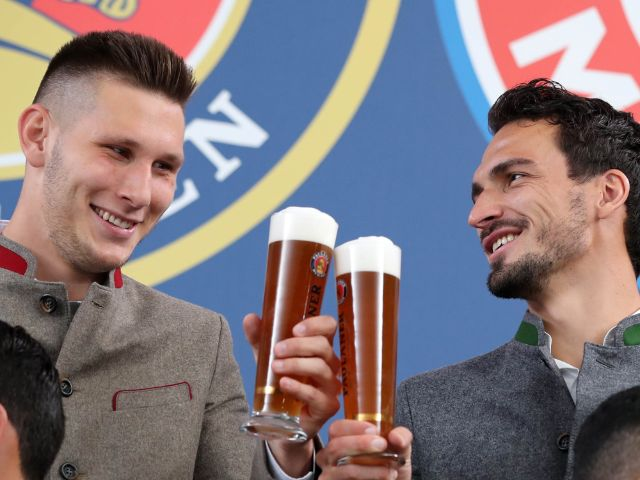 Niklas Süle und Mats Hummels beim Lederhosenshooting, Foto: Paulaner Brauerei München