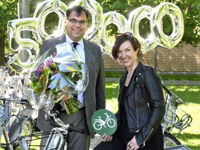 MVG-Chef Ingo Wortmann überreicht Sylke Rohrer ein Geschenk als 500.000 Nutzerin von MVG Rad, Foto: MVG