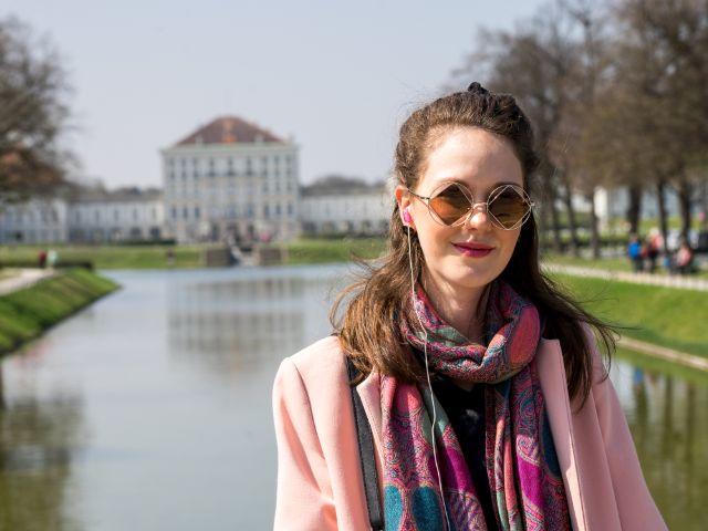Isabella wartet vor dem Schloss Nymphenburg auf eine Freundin, Foto: muenchen.de/Lukas Fleischmann