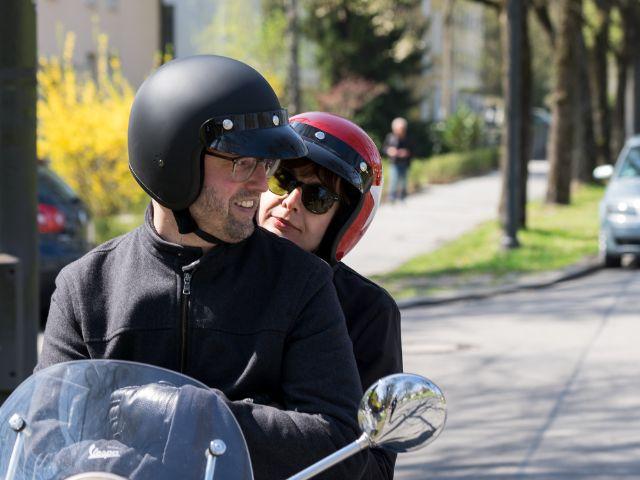 Sarah und Alexander fahren mit dem Roller zum Ammersee, Foto: muenchen.de/Lukas Fleischmann