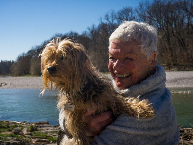 Heide mit ihrem Hund , Foto: muenchen.de/Lukas Fleischmann