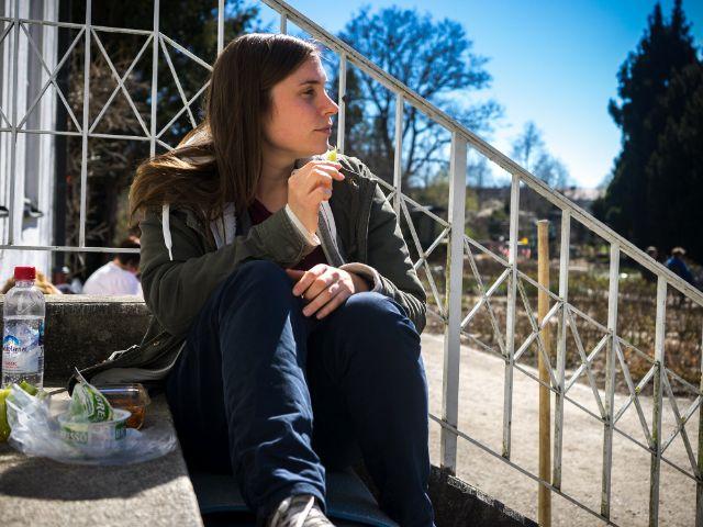 Julia beim Entspannen im Rosengarten, Foto: muenchen.de/Lukas Fleischmann