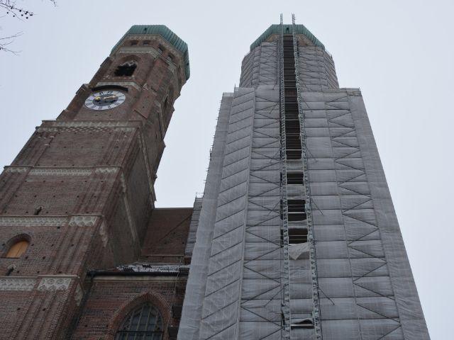 Die Türme der Frauenkirche von unten