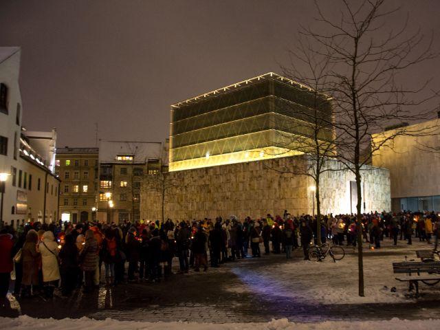 Friedenskette am St. Jakobsplatz vor der Synagoge