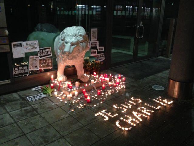 Kerzen vor dem französischen Generalkonsulat in München für Gedenken an die Opfer des Anschlags auf Charlie Hebdo in Paris