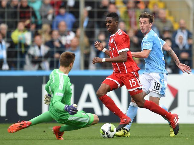 Nico Karger (r) vom TSV 1860 und Torwart Christian Früchtl (l) sowie Maxime Awoudja von Bayern kämpfen um den Ball , Foto: Andreas Gebert/dpa