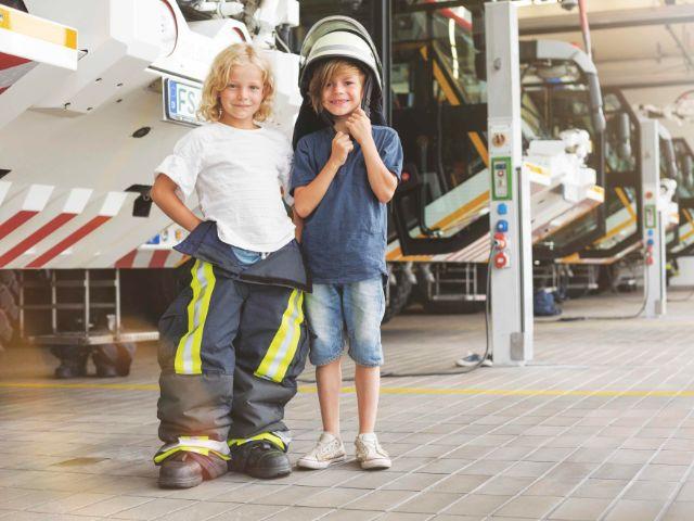 Kinder im Feuerwehroutfit, Foto: Flughafen Besucherpark