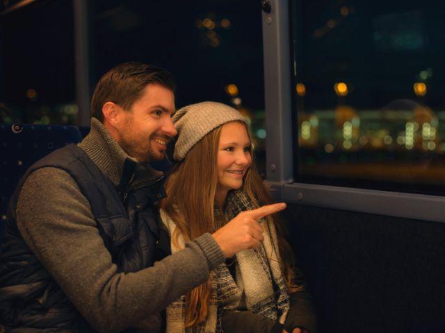 Vater und seine Tochter auf einer Lichterfahrt am Flughafen München, Foto: Flughafen Besucherpark