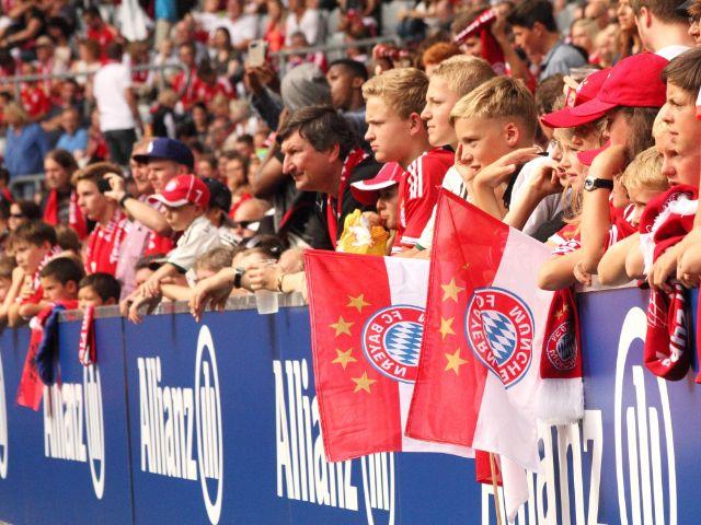 FC Bayern Fans verfolgen das Training in der Allianz Arena, Foto: Immanuel Rahman