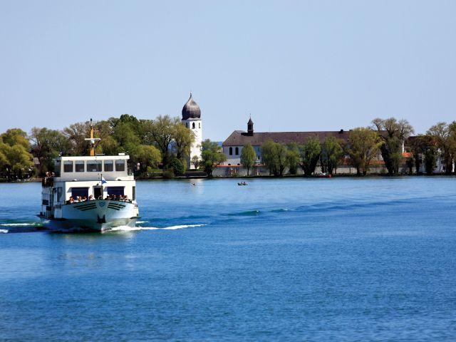 Schifffahrt auf dem Chiemsee - im Hintergrund die Fraueninsel, Foto: Priener Tourismus GmbH/Paul Mayall