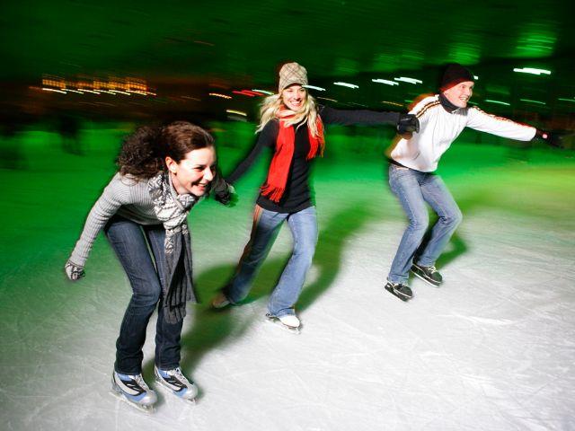 Schlittschuhlaufen in der Olympia Eissporthalle, Foto: OLYMPIAPARK MÜNCHEN GMBH