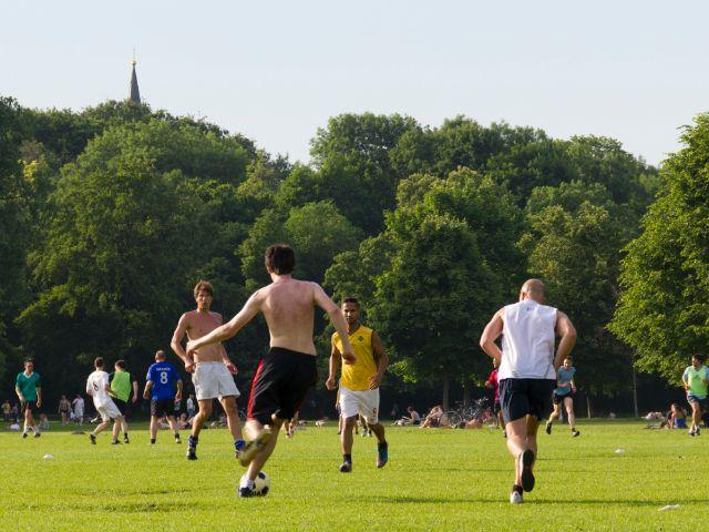 Fussballspielen im Englischen Garten, Foto: Katy Spichal