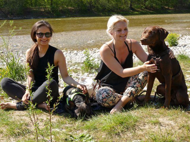 Freundinnen relaxen mit ihren Hunden an der Isar, Foto: muenchen.de/Leonie Liebich