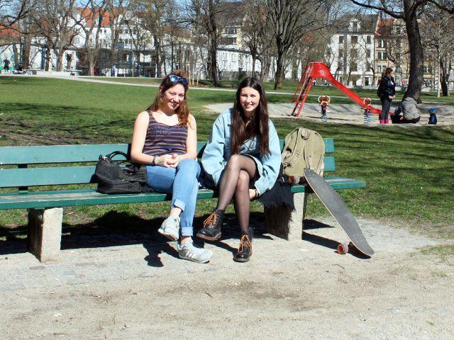 Freundinnen sitzen im Maßmannpark, Foto: muenchen.de/Leonie Liebich